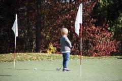 kleiner-golfer-auf-dem-chipping-green