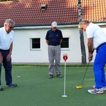 Golfer beim Trainieren auf dem Puttinggrün