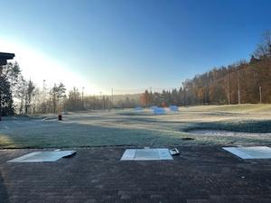 Golfübungsanlage in der Sonne