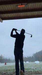 Golfer in der Abschlagbox mit Heizung